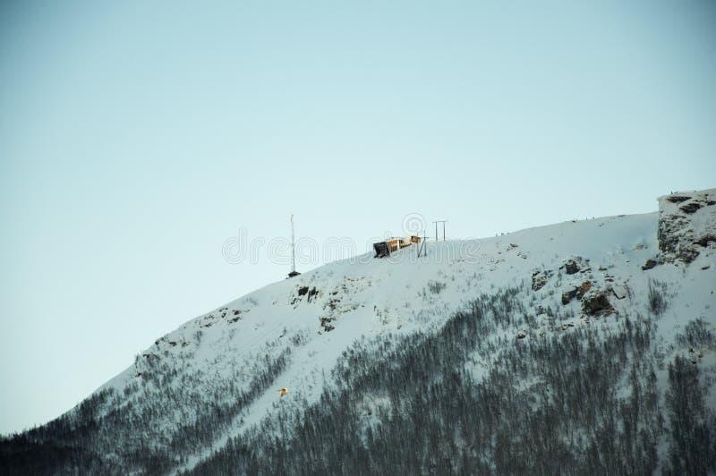 Opinión sobre la colina con la estación del teleférico en Tromso Noruega imagen de archivo libre de regalías