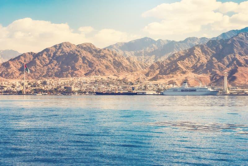 Opinión sobre la costa y el puerto marítimo de Aqaba, Jordania de Aqaba del imagen de archivo