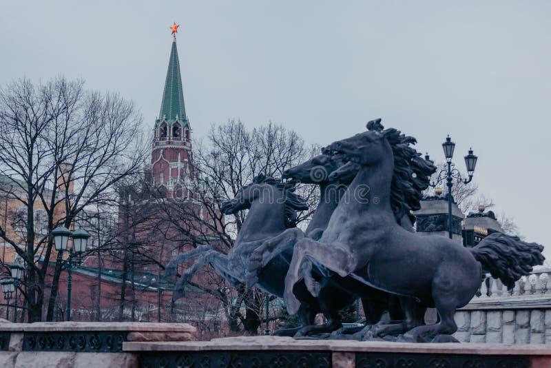 Opinión sobre la fuente principal del jardín de Alexander de la Plaza Roja del Kremlin con cuatro caballos Lugares de visita turí fotos de archivo libres de regalías