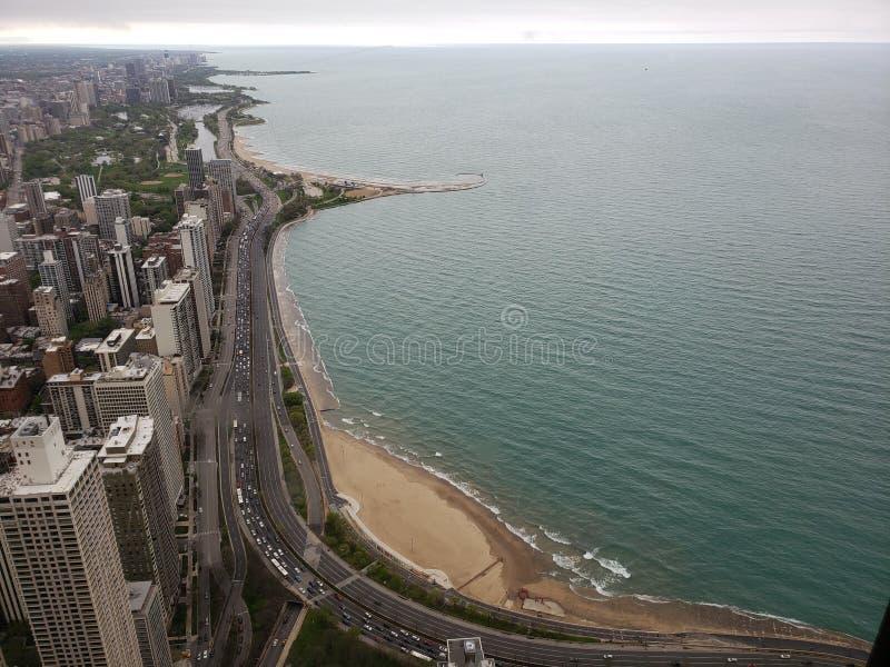Opinión sobre la impulsión de la orilla del lago en Chicago del edificio el lago Michigan de John Hancock imágenes de archivo libres de regalías