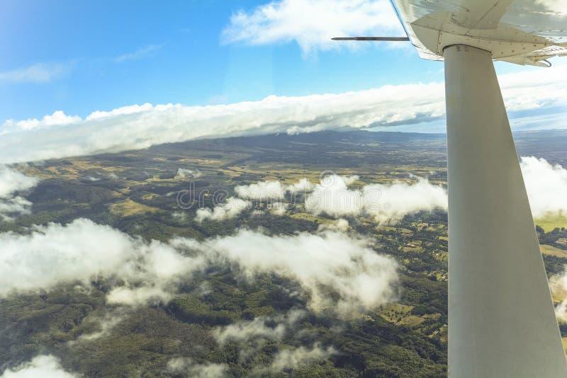 Opinión sobre la isla de Hawaii del pequeño aeroplano imagenes de archivo