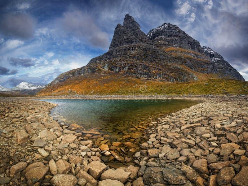 Opinión sobre la montaña de Innerdalstarnet del valle de Flatvaddalen Montañas en el parque nacional de Trollheimen, Noruega imagen de archivo
