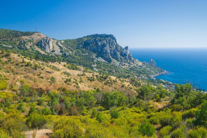 Opinión sobre la montaña y el área azul de la bahía, orilla del gato del Mar Negro imagen de archivo