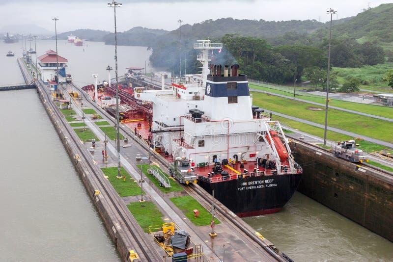 Opinión sobre la navegación grande de la nave a través del Canal de Panamá imagenes de archivo