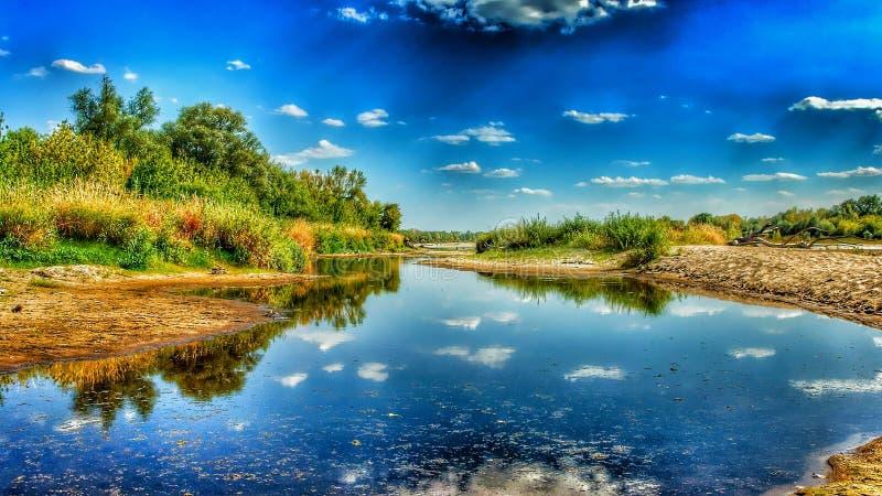 Opinión sobre la orilla salvaje del Vístula en Jozefow cerca de Varsovia en Polonia imagen de archivo