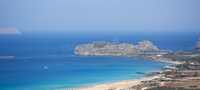 Opinión sobre la playa de Falasarna, señal de la isla de Creta Playa de Paradise con agua y la arena rosada, Grecia de la turques foto de archivo