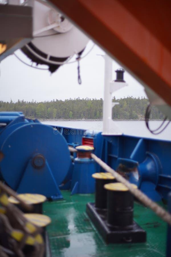 Opinión sobre la tierra de Finlandia detrás del buque de carga blur Fondo aft Equipo del amarre imagen de archivo