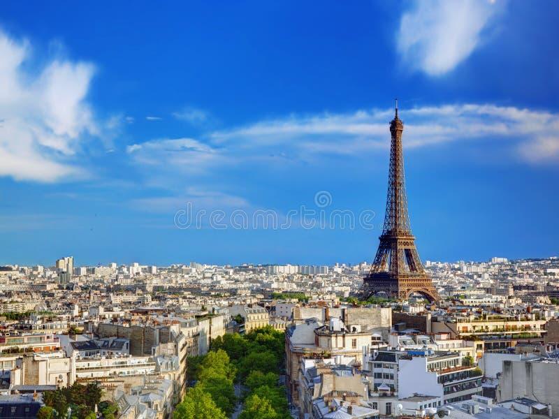 Opinión sobre la torre Eiffel, París, Francia del tejado fotografía de archivo