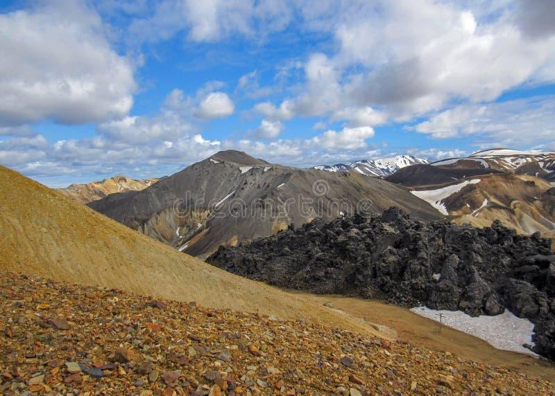 Opinión sobre Landmannalaugar y el campo de lava de Laugahraun desde arriba de la montaña de Brennisteinsalda, Islandia imagenes de archivo