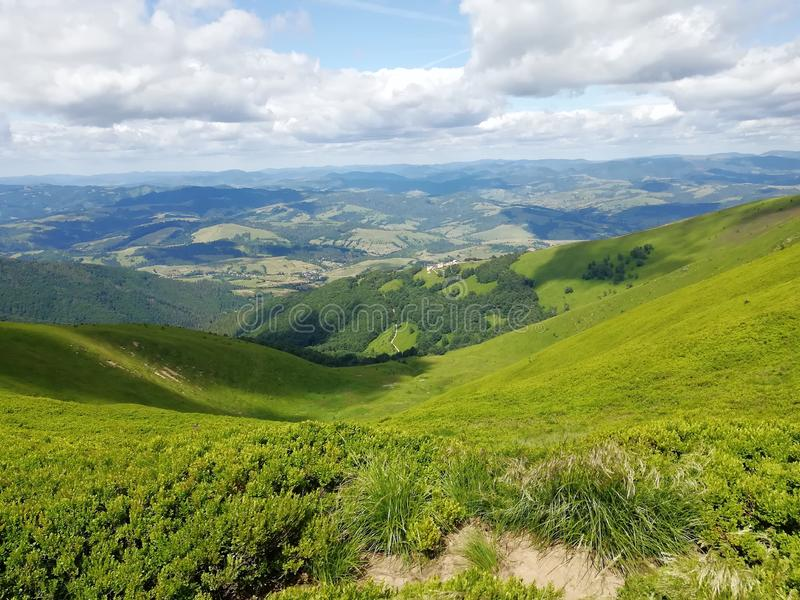 Opinión sobre las montañas en Ucrania c?rpatos Naturaleza travelling imágenes de archivo libres de regalías