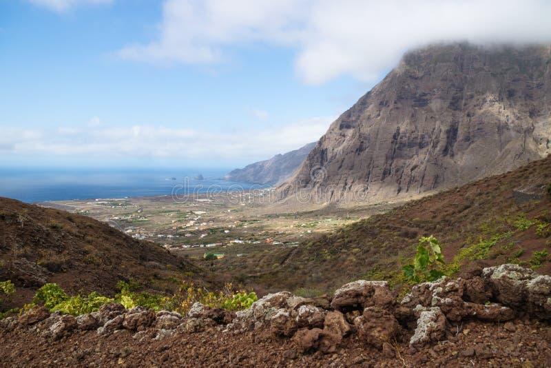 Opinión sobre los acantilados y las colinas rojas del valle del EL Golfo, Frontera, EL Hierro, islas Canarias, España imagenes de archivo
