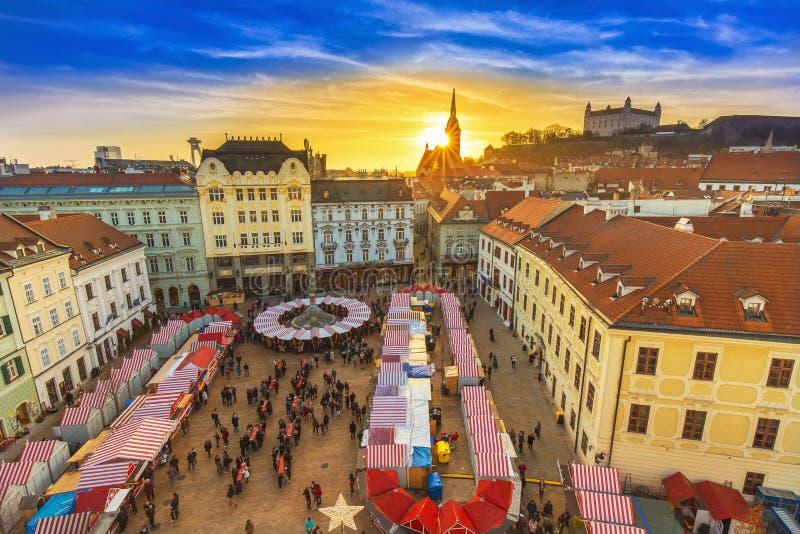 Opinión sobre mercado de la Navidad en la plaza principal en Bratislava, Eslovaquia fotos de archivo libres de regalías