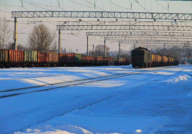 Opinión sobre pistas de un ferrocarril nevosas fotos de archivo