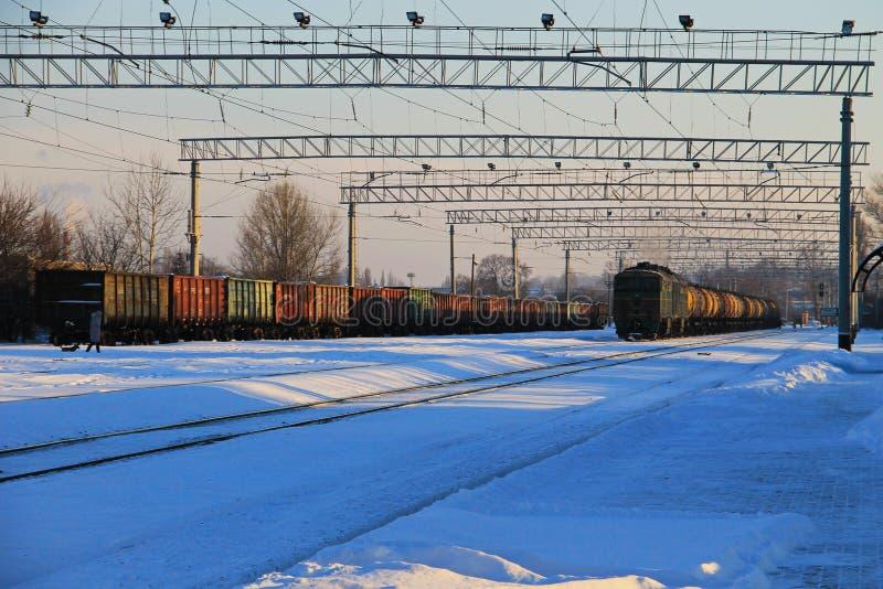 Opinión sobre pistas de un ferrocarril nevosas imagenes de archivo