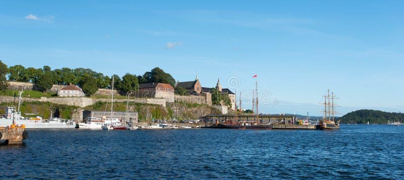 Opinión sobre puerto del fiordo de Oslo y la fortaleza de Akershus fotos de archivo libres de regalías