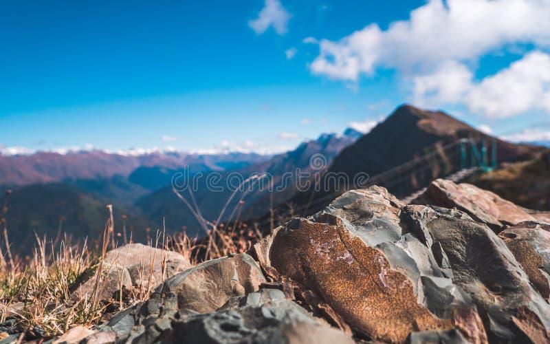 Opinión sobre rocas y montañas imagen de archivo libre de regalías