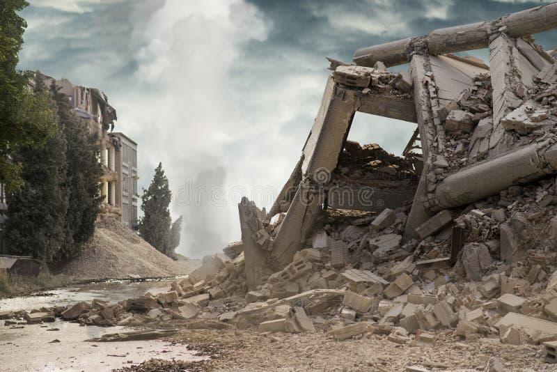 Opinión sobre un edificio industrial concreto derrumbado con la columna blanca del humo en fondo y cielo dramático oscuro arriba imagenes de archivo