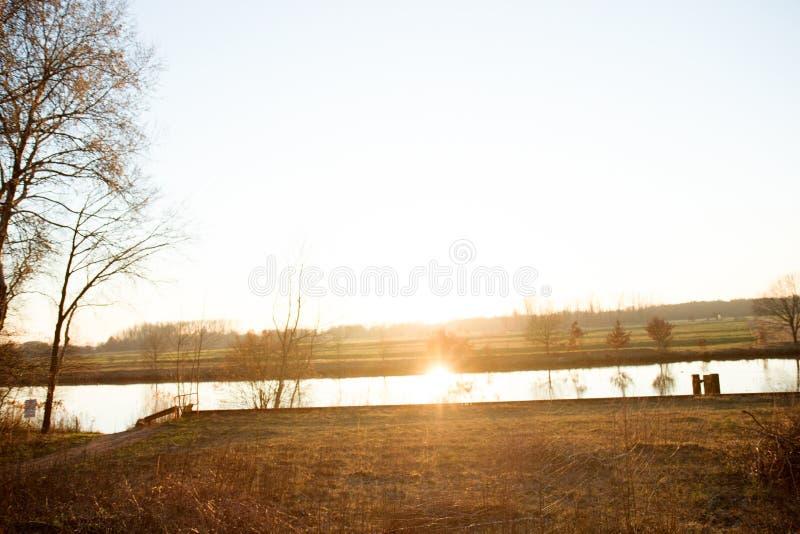 Opinión sobre un río y las plantas con la luz del sol en un lugar perdido en el emsland Alemania del fresenburg fotografía de archivo