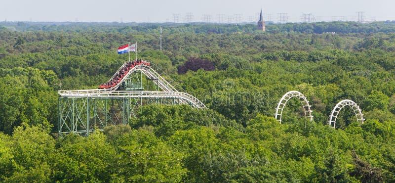 Opinión sobre un roller coaster imagenes de archivo