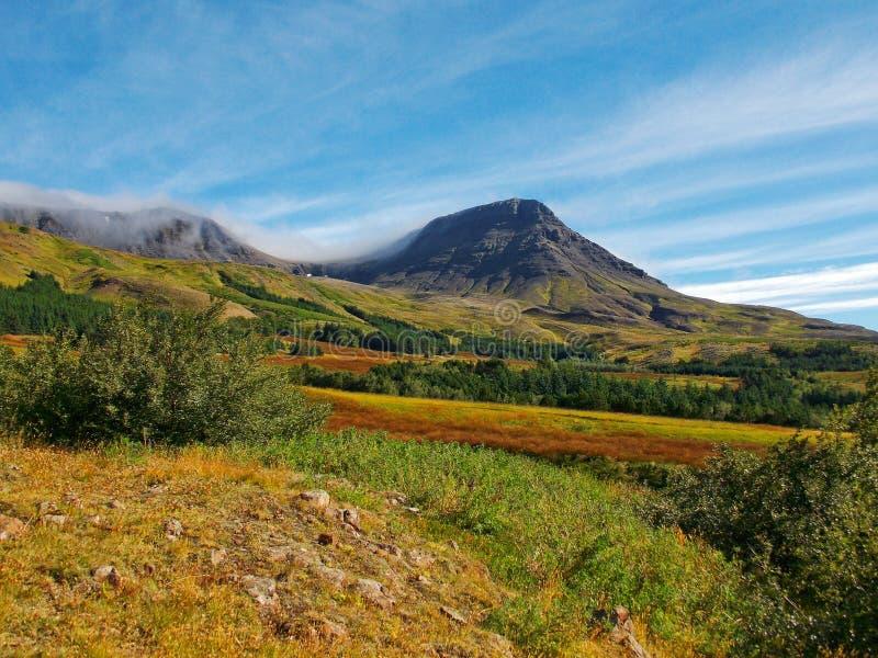 Opinión sobre una montaña imágenes de archivo libres de regalías