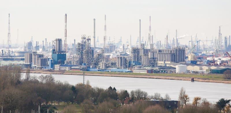 Opinión sobre una refinería de petróleo en el puerto de Amberes, Bélgica fotografía de archivo