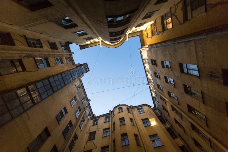 Download Opinión Sobre Una Yarda-bien Típica En El Distrito Viejo De La Ciudad Foto editorial - Imagen de melancólico, cubierta: 64206496