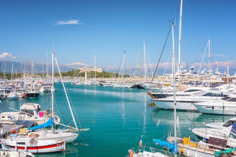 Opinión sobre Vauban portuario en la ciudad francesa de Antibes con el fuerte Carre en el fondo imagenes de archivo