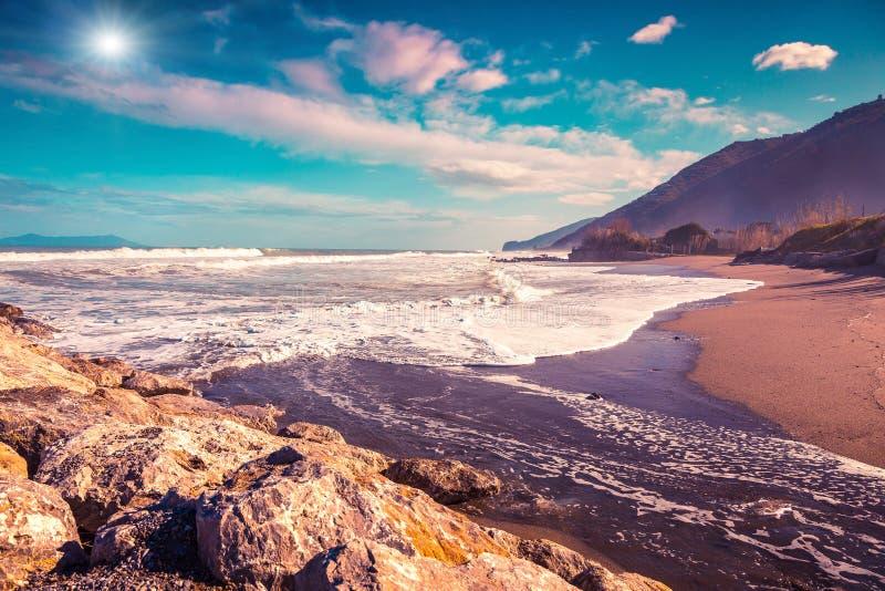 Opinión soleada de la mañana del mar que brilla intensamente por luz del sol foto de archivo