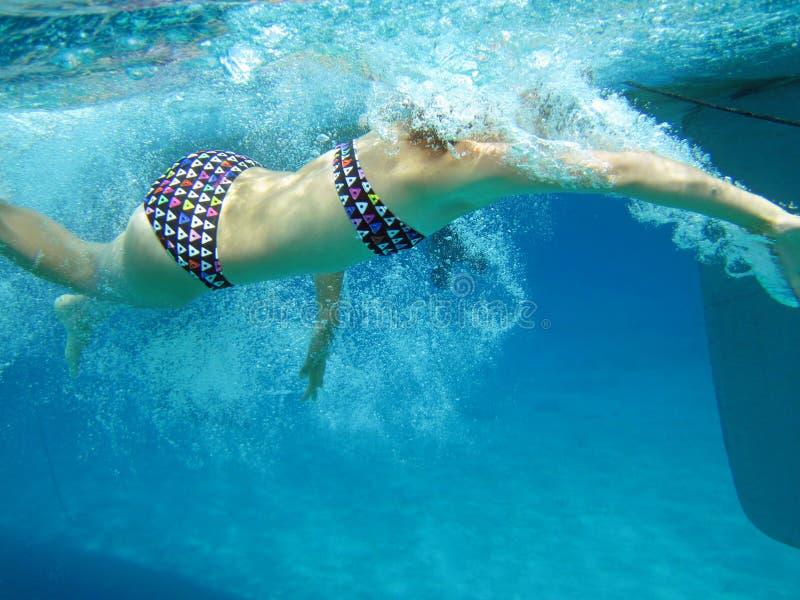 Opinión subacuática la muchacha de la natación imagen de archivo