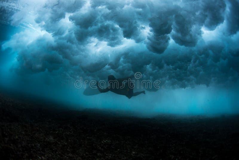 Opinión subacuática la persona que practica surf fotos de archivo