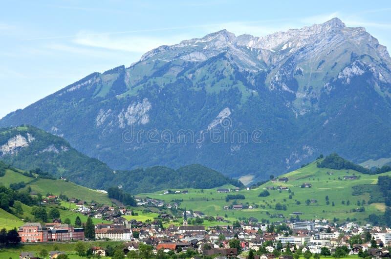 Opinión suiza del pueblo de Stans con la montaña Stanserhorn imagen de archivo