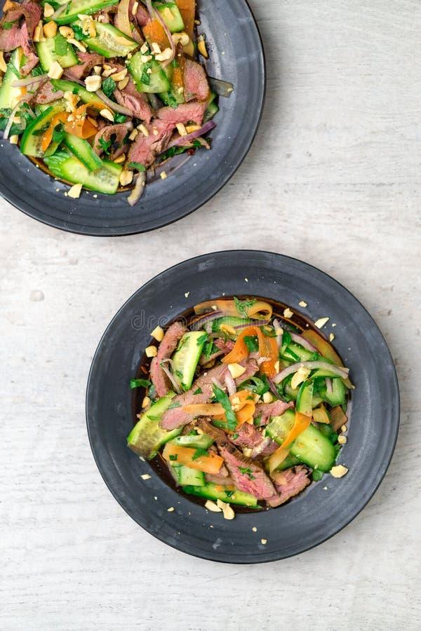 Opinión superior de la ensalada tailandesa de la carne de vaca fotografía de archivo