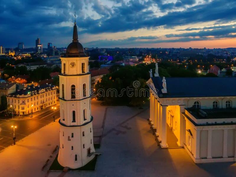 Opinión superior de la noche de la antena de Vilna, Lituania: la catedral fotografía de archivo libre de regalías