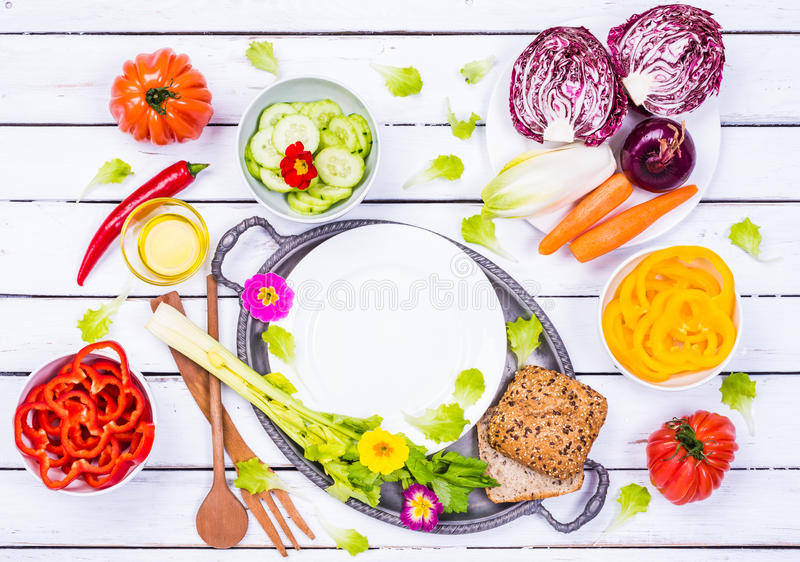 Opinión superior de las verduras de los ingredientes de la ensalada fotos de archivo libres de regalías