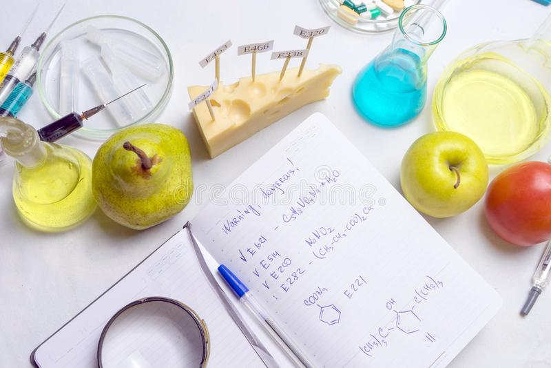 Opinión superior del ayudante de laboratorio del lugar de trabajo Procedimiento de laboratorio de la seguridad alimentaria, anali fotografía de archivo libre de regalías