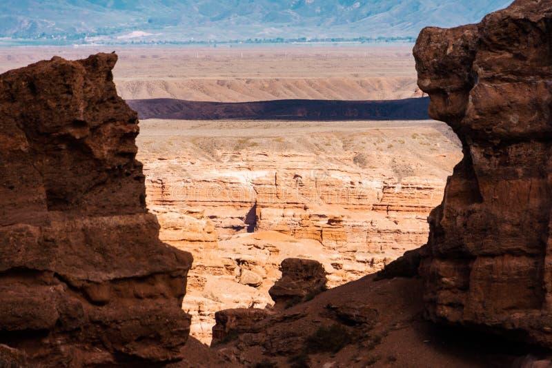 Opinión superior del barranco de Charyn - la formación geológica consiste en la piedra roja grande asombrosa de la arena Parque n foto de archivo libre de regalías