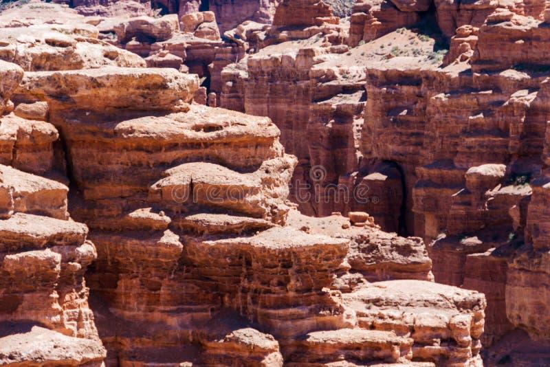 Opinión superior del barranco de Charyn - la formación geológica consiste en la piedra roja grande asombrosa de la arena Parque n fotografía de archivo