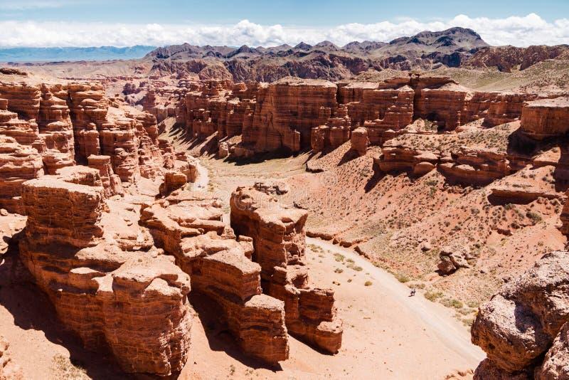 Opinión superior del barranco de Charyn - la formación geológica consiste en la piedra roja grande asombrosa de la arena Parque n imágenes de archivo libres de regalías