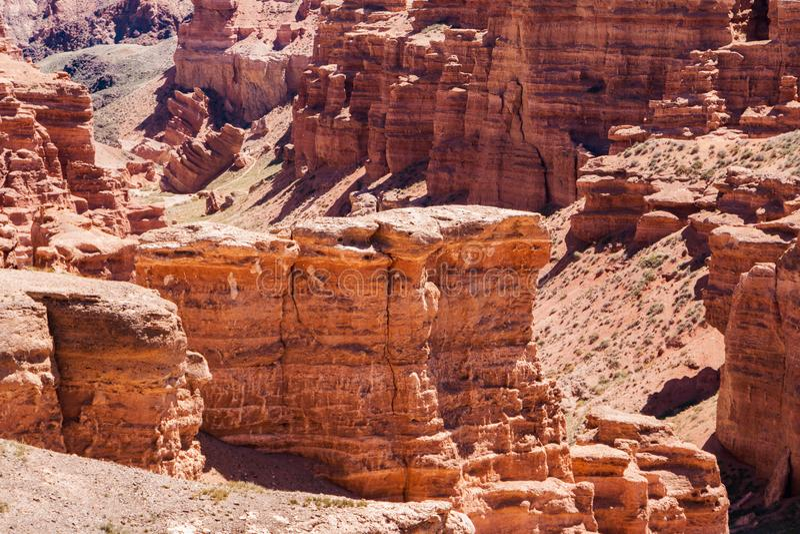 Opinión superior del barranco de Charyn - la formación geológica consiste en la piedra roja grande asombrosa de la arena Parque n imagen de archivo