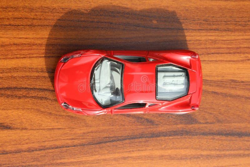 Opinión superior del coche rojo del juguete imagenes de archivo