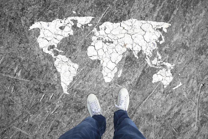 Opinión superior del concepto de un hombre y de un mapa del mundo fotografía de archivo