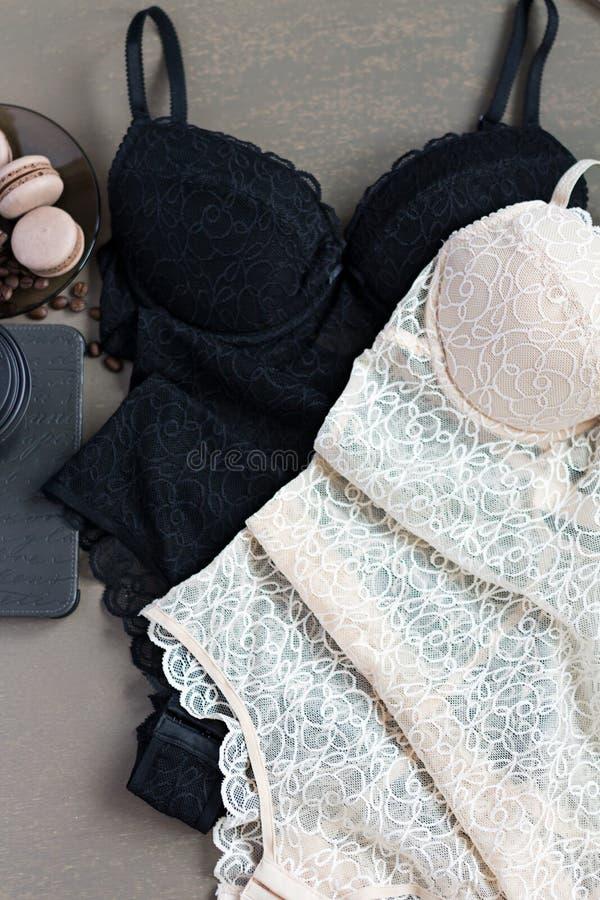 Opinión superior del cuerpo de la ropa interior del cordón de las mujeres Endecha plana fotos de archivo libres de regalías