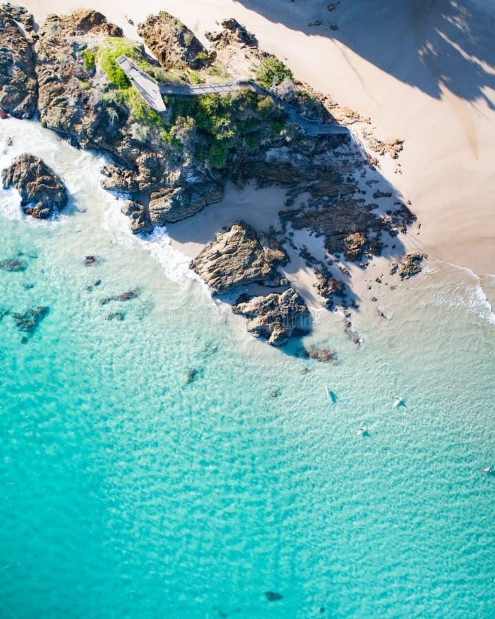 Opinión superior del día de fiesta de la playa Byron Bay icónico en Australia imágenes de archivo libres de regalías