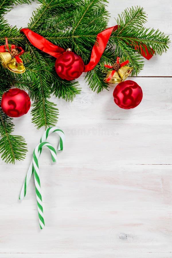 Opinión superior del fondo de madera blanco de la Navidad fotografía de archivo libre de regalías