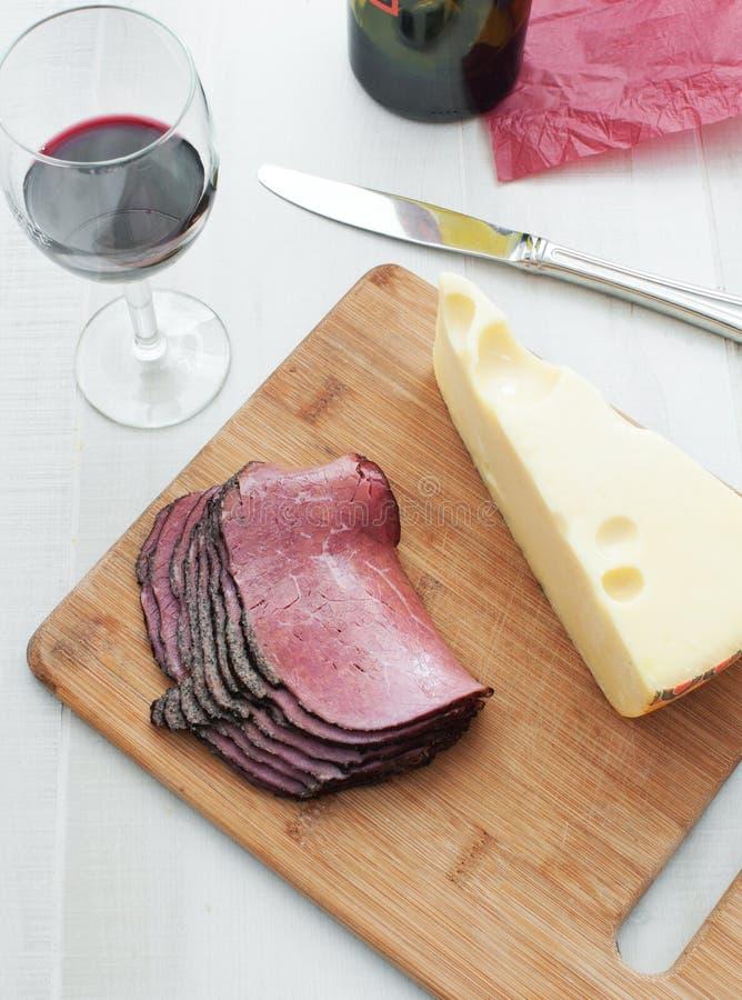 Opinión superior del pastrami de la carne de la tienda de delicatessen y del queso del pedazo imagen de archivo libre de regalías