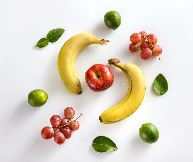 Opinión superior del plátano, del limón, de la manzana y de la uva imagenes de archivo
