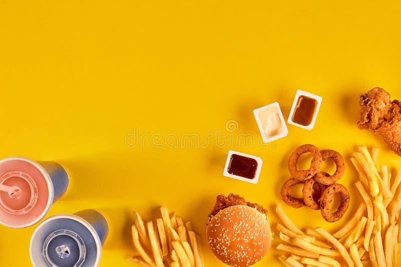 Opinión superior del plato de los alimentos de preparación rápida Patatas del hamburguesa de la carne, fritas y cuñas Llévese la  foto de archivo libre de regalías