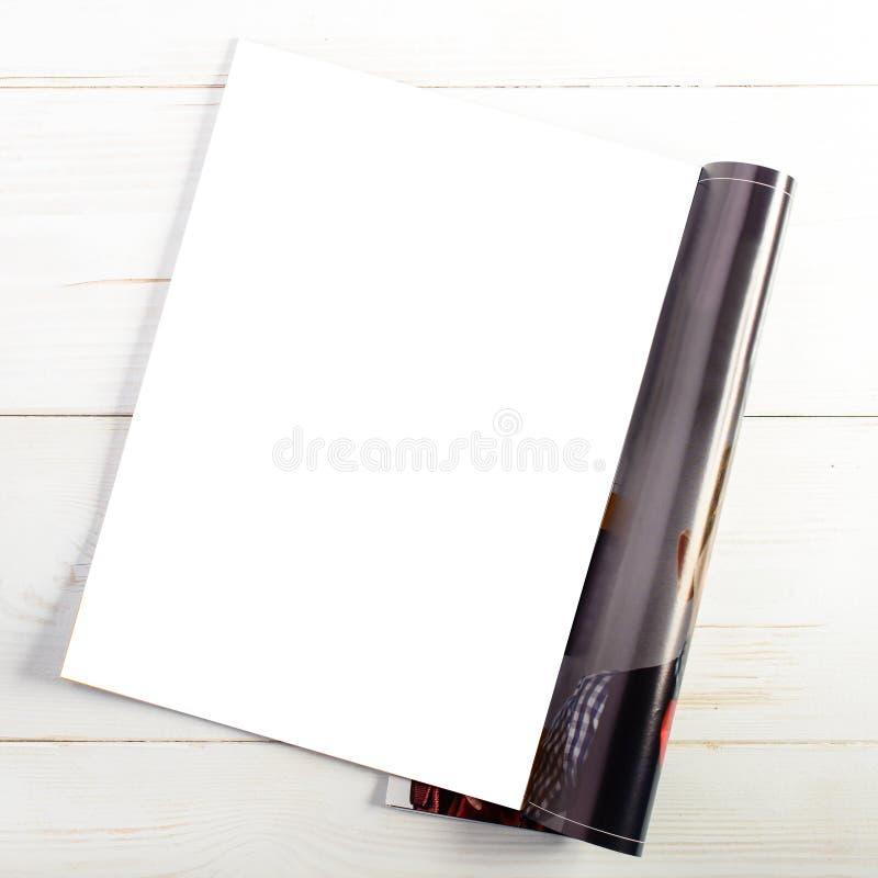 Opinión superior del primer de la revista abierta con white pages en blanco en lig imagen de archivo