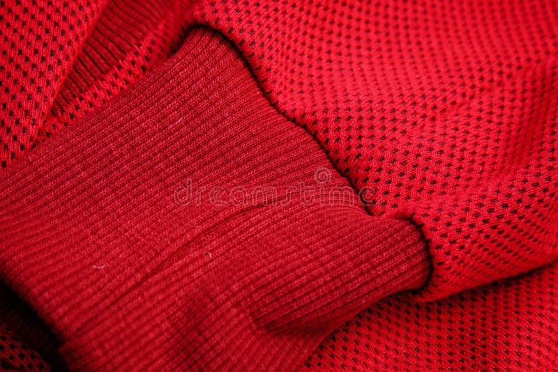 Opinión superior del primer rojo de la ropa de deportes costura y juntura géneros de punto respirables macro de los detalles de l foto de archivo