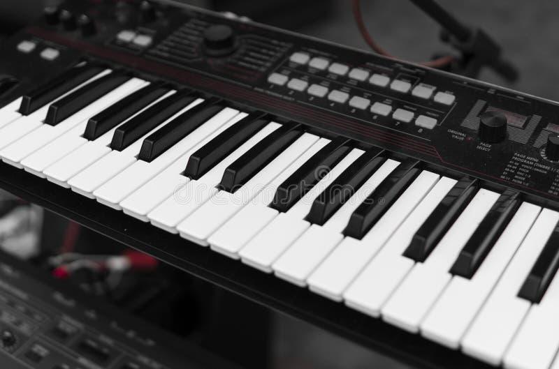 Opinión superior del tablero dominante del piano del sintetizador Teclado electrónico profesional de Midi con llaves blancos y ne imagen de archivo